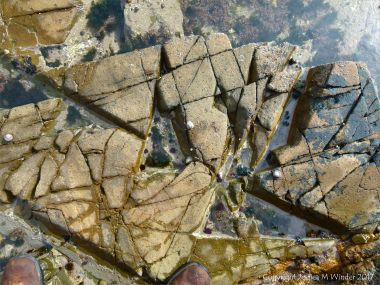 Fracture pattern in dike igneous rock